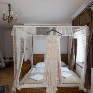 menyasszonyi-ruha-gézaháza-bakony-hubertus-fogadó-rusztikus-esküvői-helyszín